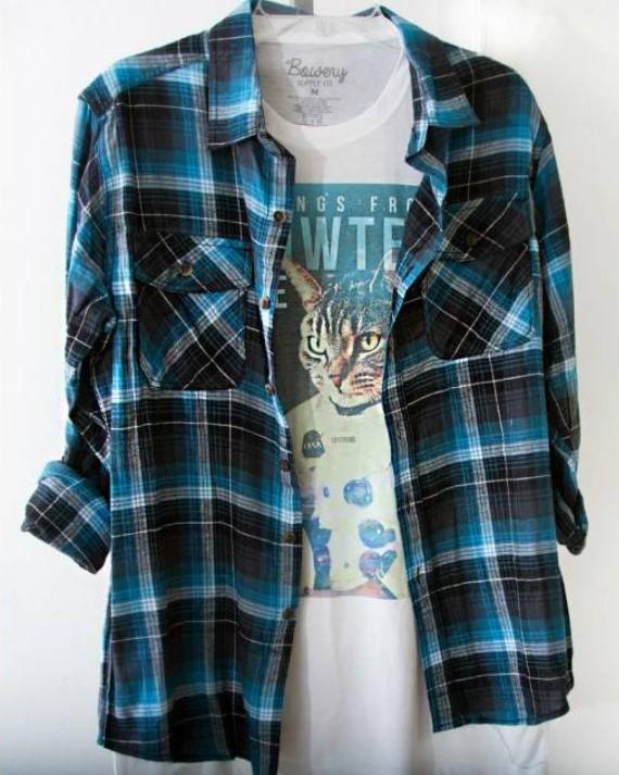 Сочетание футболки и клетчатой рубашки